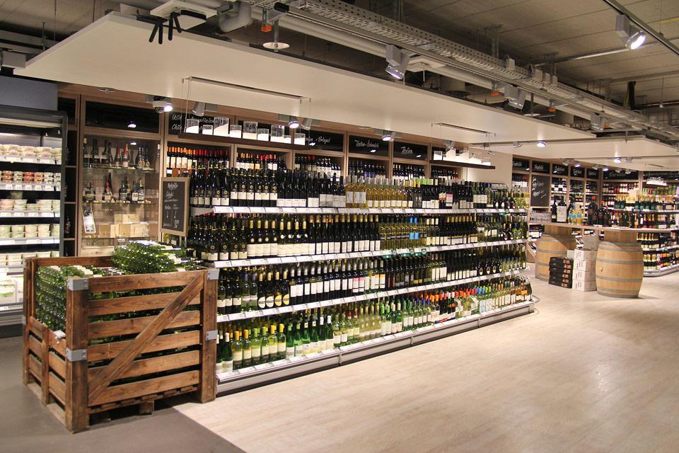 Im Untergeschoss befindet sich unter anderem die Weinabteilung