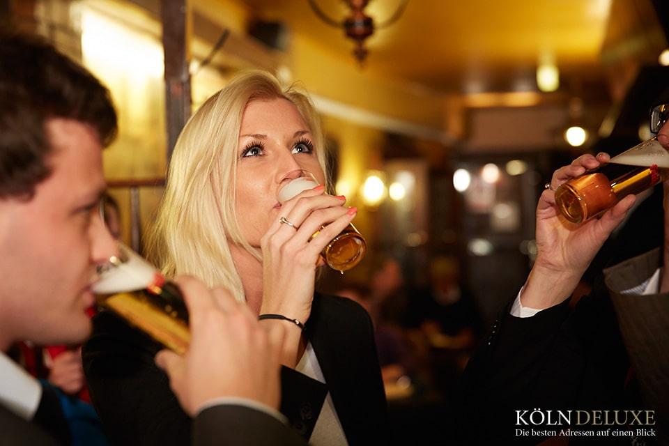Kölsch trinken© Axel Schulten_KölnTourismus GmbH