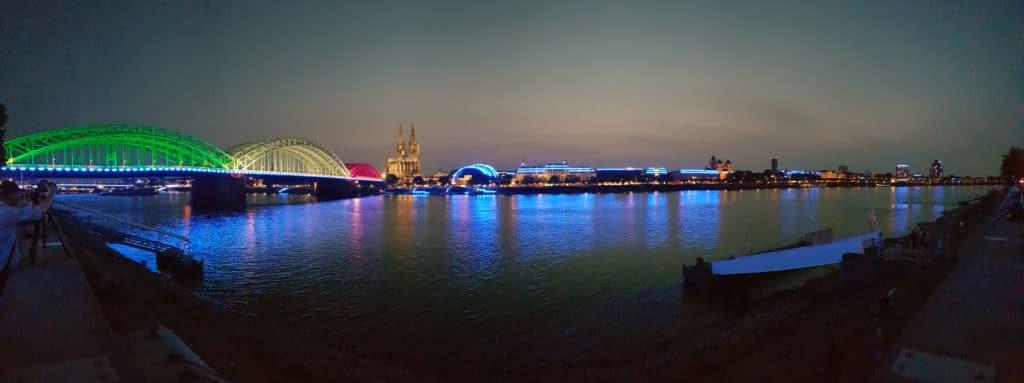 Die Hohenzollernbrücke mit dem Kölner Dom Nachts