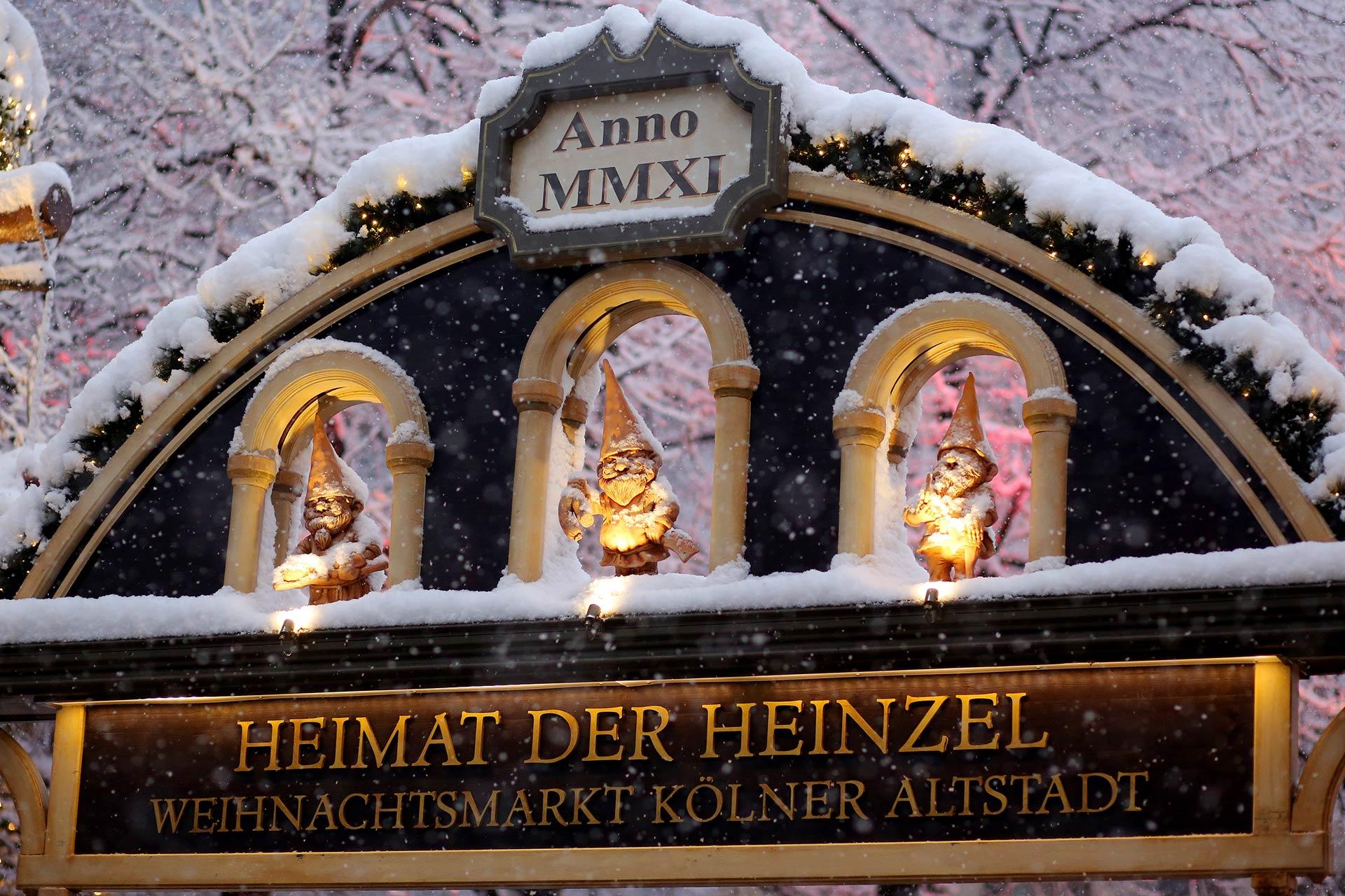 Heinzels Wintermärchen Weihnachtsparadies in der Kölner Altstadt präsentiert die wohl schönste Eisbahn Deutschlands unter freiem Himmel mit spektakulärem Programm bis zum 7. Januar