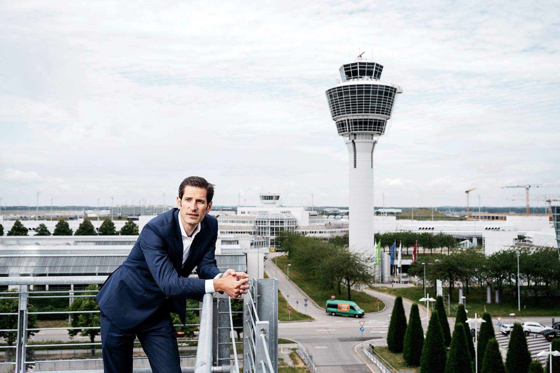 Autor Gregor Grandl am Münchener Flughafen