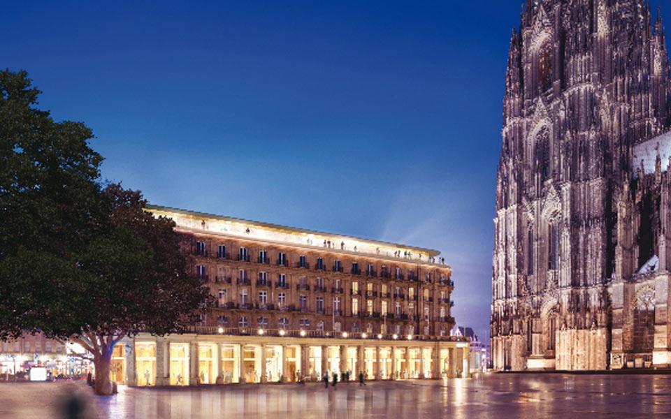 Althoff Dom Hotel Köln mit Kölner Dom und Domplatte